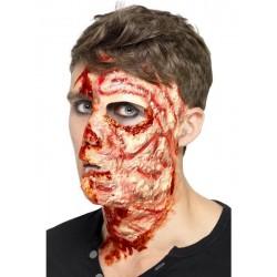 Cara quemada con adhesivo cicatrices cortadas